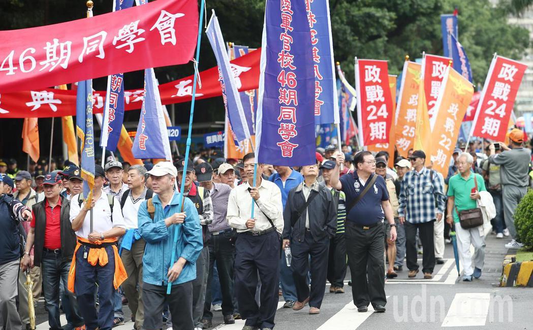 由於蔡政府暫不公布軍人年改案內容,八百壯士上午帶領退休軍警及公教人員從立法院遊行...