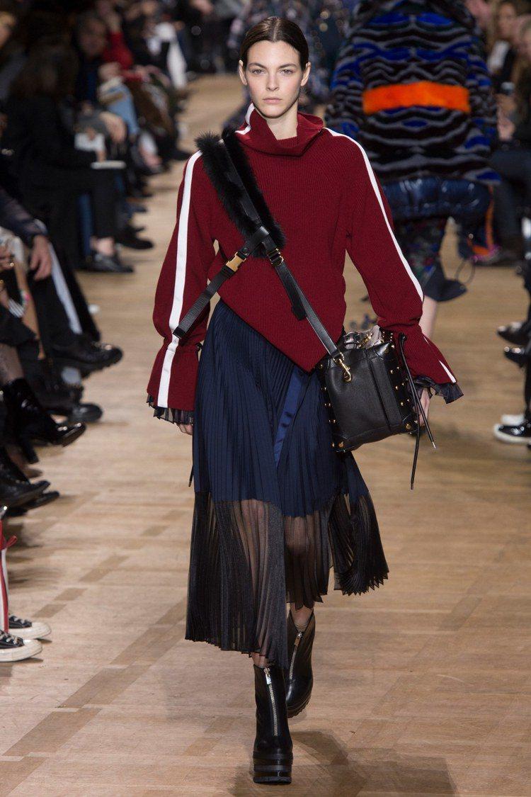 Sacai秋冬以奢華皮草拼接精製皮革、金屬扣細節,首度推出可替換式的包款肩背帶。...