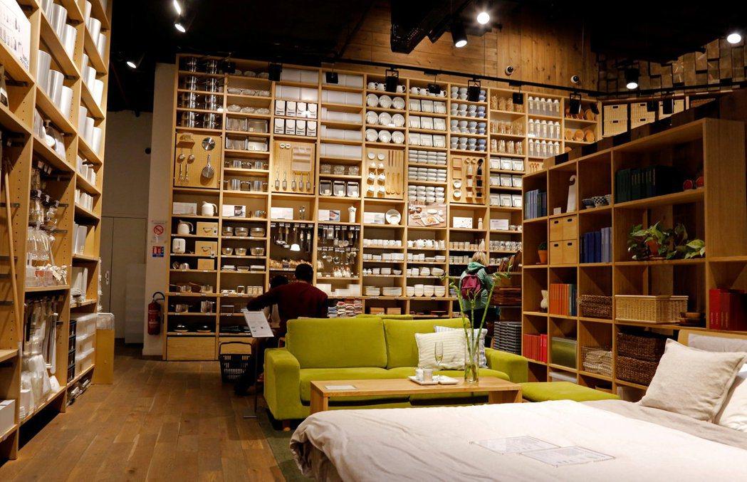 日本良品計劃旗下的無印良品將於明年1月調降家具、服飾和食品等2,400件商品價格...