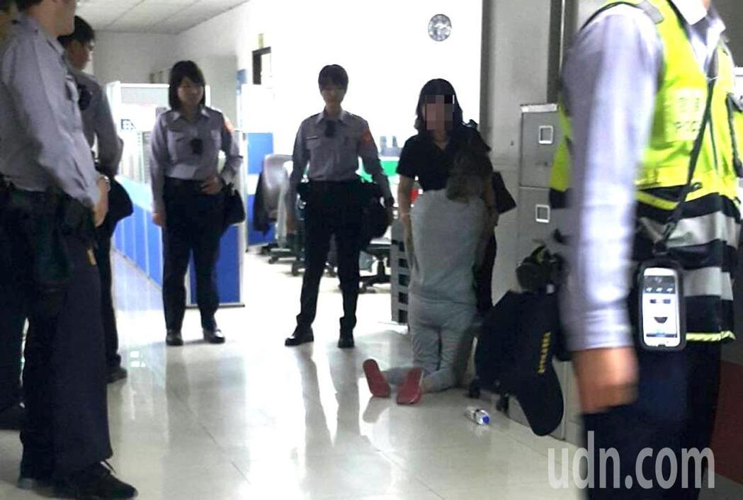 台中市顏姓女子在警局遇到母親,顏女當場情緒崩潰,下跪痛哭。記者陳宏睿/攝影