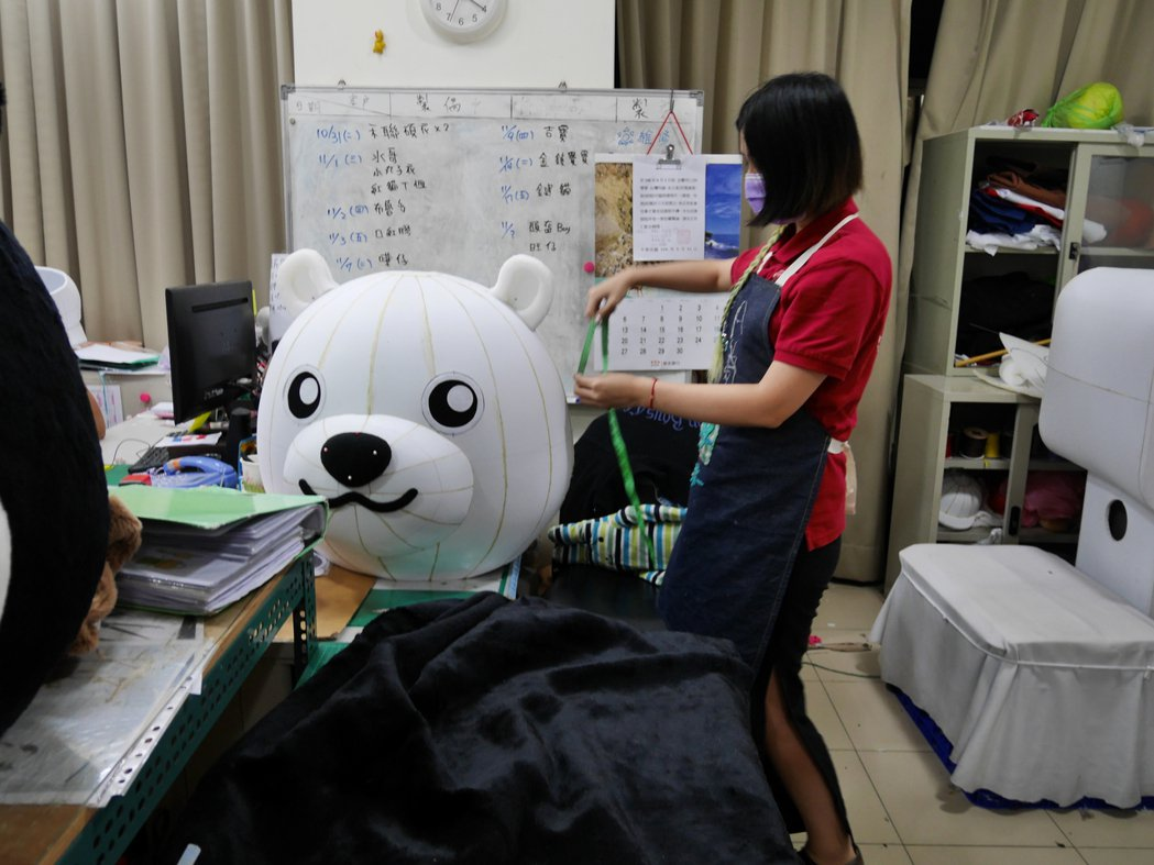 「台灣阿誠」製偶團隊與客戶溝通後,以高密度泡棉製作吉祥物頭型,確立吉祥物雛形。記...