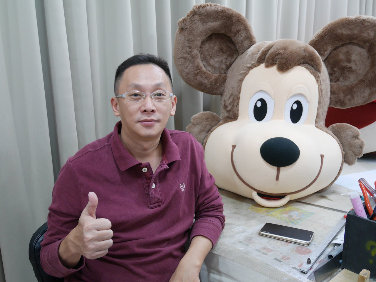 「台灣阿誠」製偶團隊李坤同十年來製作上千隻吉祥物,有如製造歡樂的「夢想推手」。記...