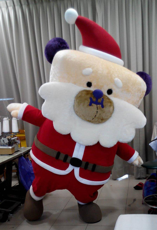 新北市歡樂耶誕城的吉祥物「桑塔熊」由「台灣阿誠」製偶團隊製作。記者吳思萍/攝影