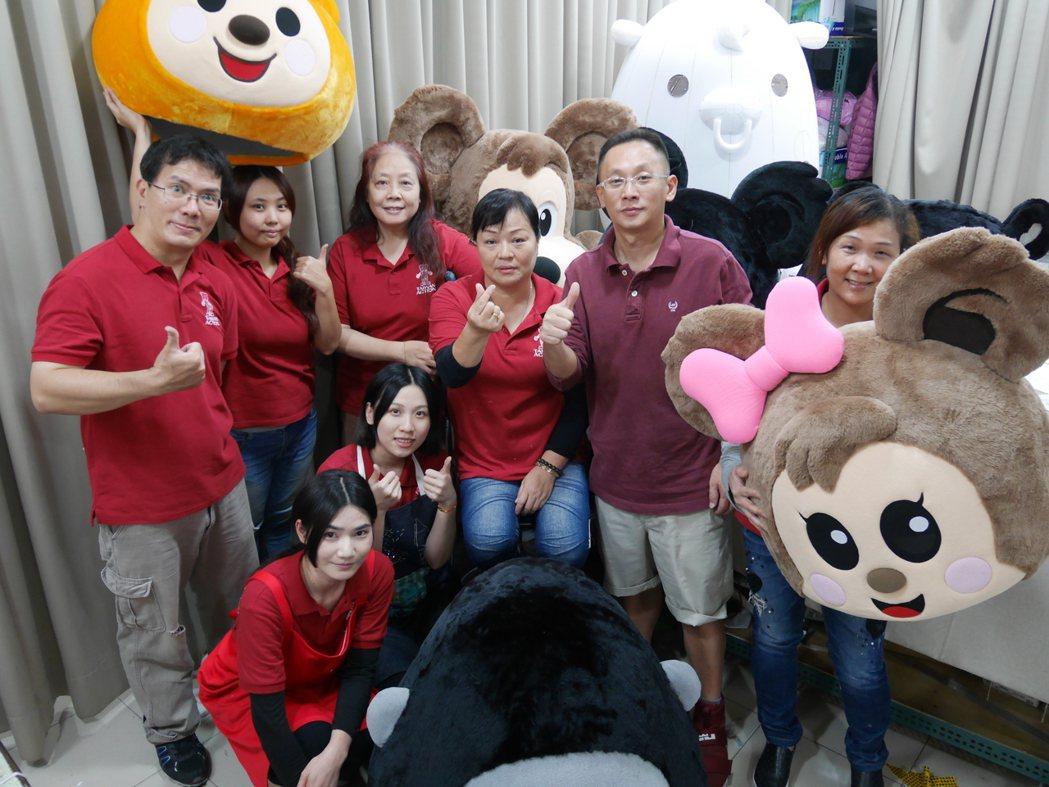 「台灣阿誠」製偶團隊將製偶的每個步驟準確分工,每一隻人偶都是團隊成員努力的心血。...