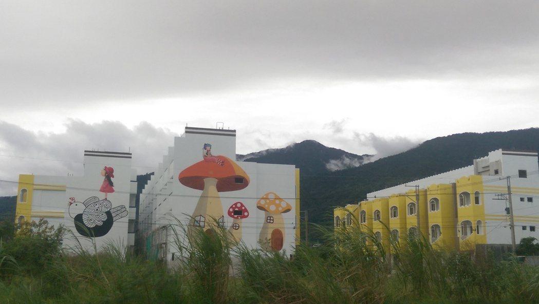 台東知本火車站附近一處興建住宅,2棟邊間牆面彩繪2幅巨型卡通圖案「超吸睛」,近來...