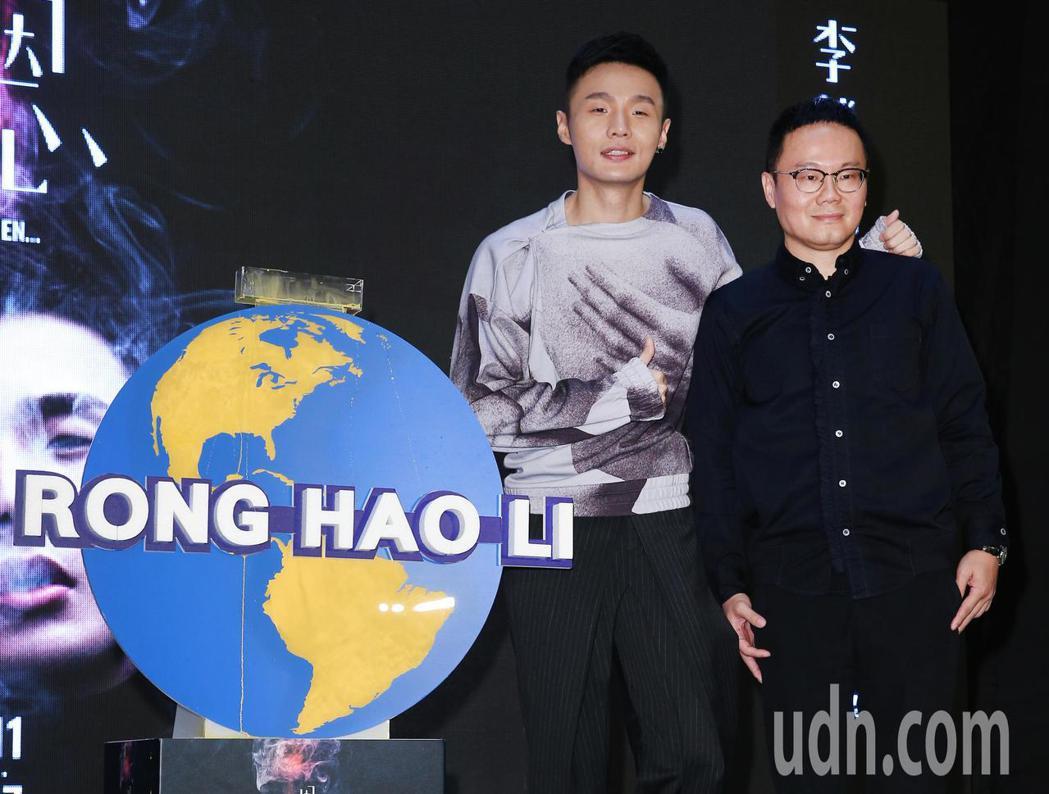 歌手李榮浩(左)下午舉辦新專輯發片記者會,華納音樂大中華區總裁陳澤杉(右)站台。...