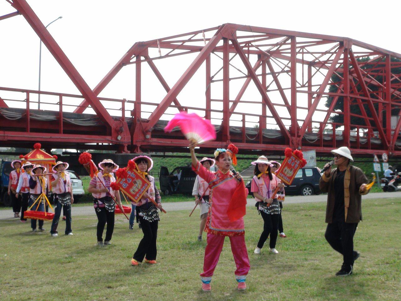 雲林縣西螺大橋觀光文化節將於本周末熱鬧展開,要帶民眾在大橋下野餐、路跑、騎乘腳踏...