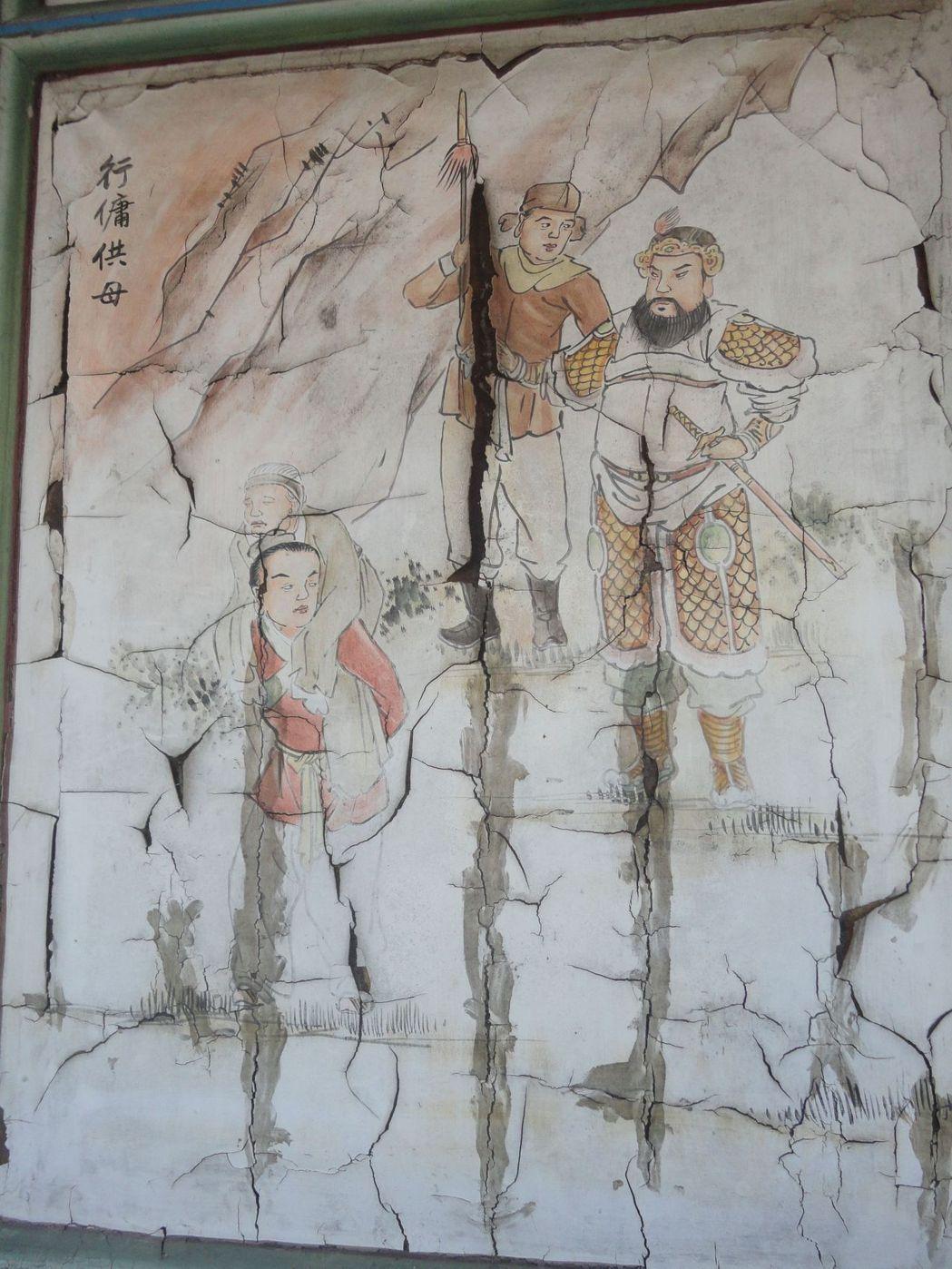 彰化縣鹿港地藏王廟的彩繪嚴重龜裂。記者簡慧珍/攝影