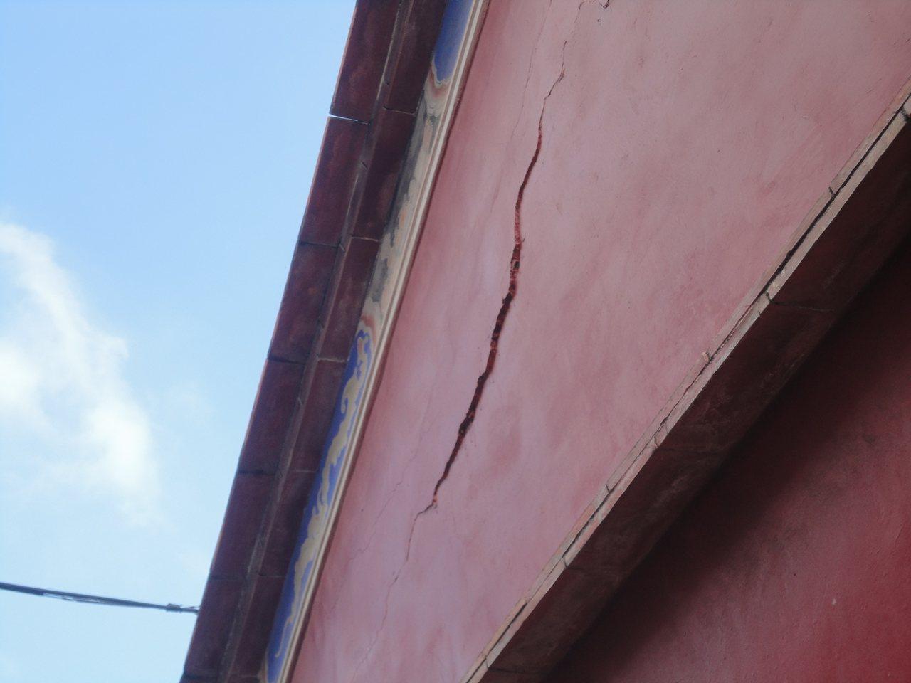 彰化縣鹿港地藏王廟的牆壁裂痕凸出約1公分。記者簡慧珍/攝影