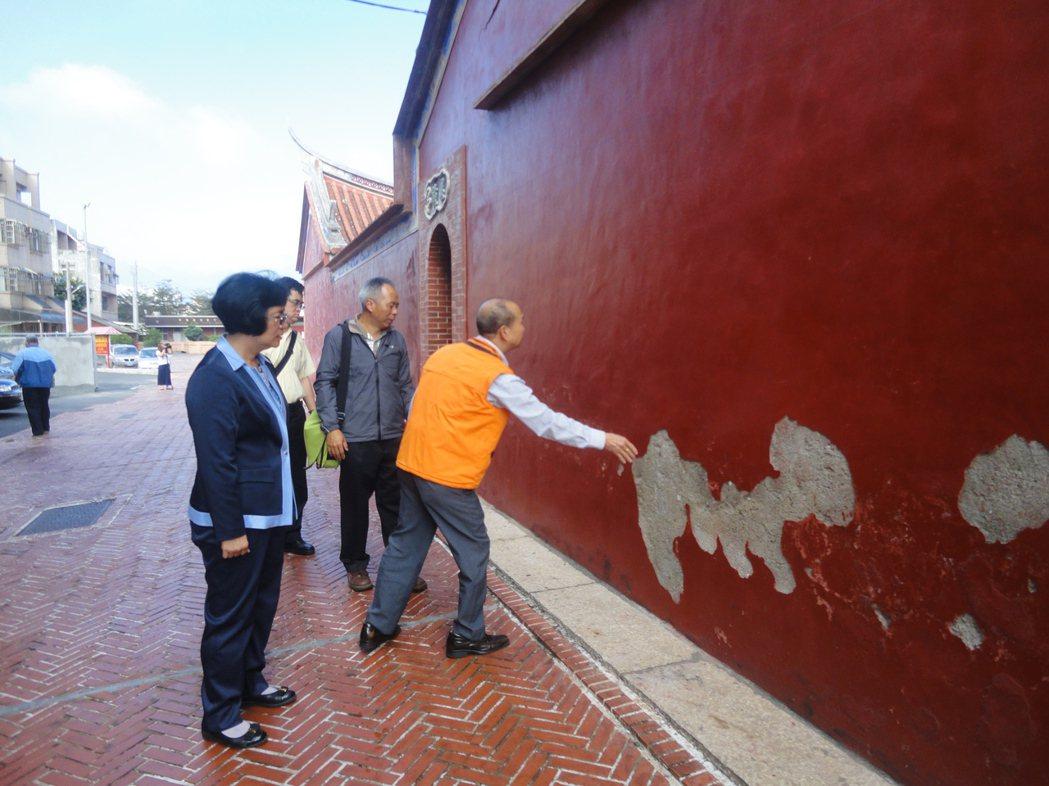 彰化縣鹿港地藏王廟的牆壁已掉漆。記者簡慧珍/攝影