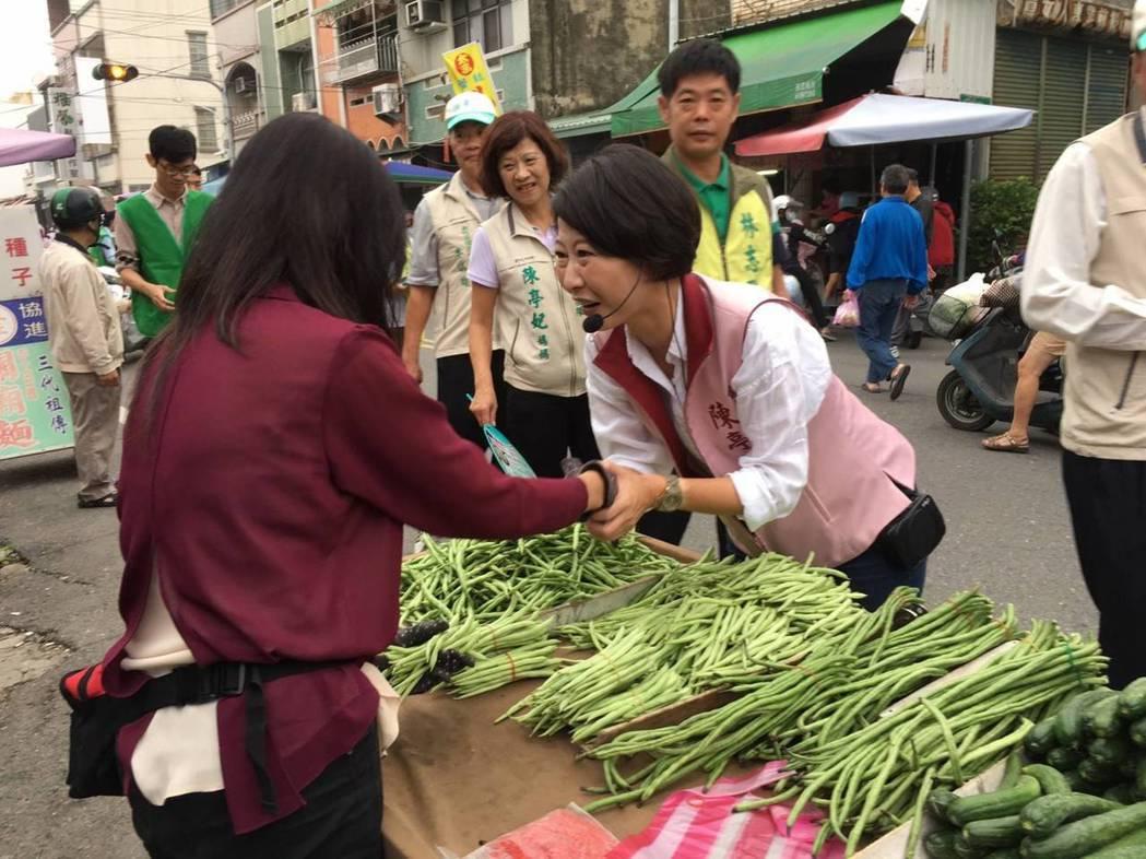 民進黨台南市長參選人陳亭妃今天深入新化市場拜票。圖/陳亭妃服務處提供