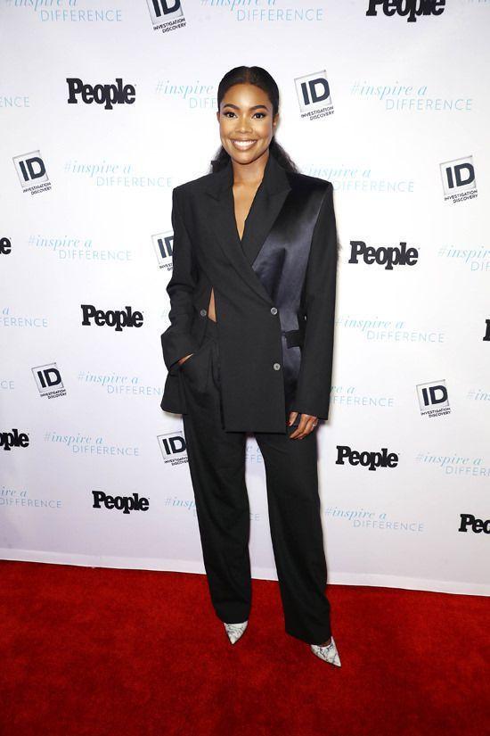 女演員蓋柏莉尤恩以澳洲設計師Dion Lee的黑色不對襯剪裁西裝褲裝配白色尖頭鞋...