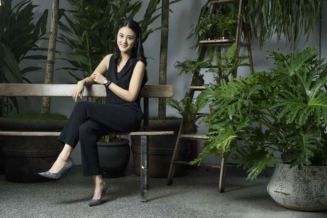 穿上褲裝的宋紀妍展現出有別於裙裝的俐落感,配戴了萬寶龍寶曦系列不鏽鋼自動腕表,更...