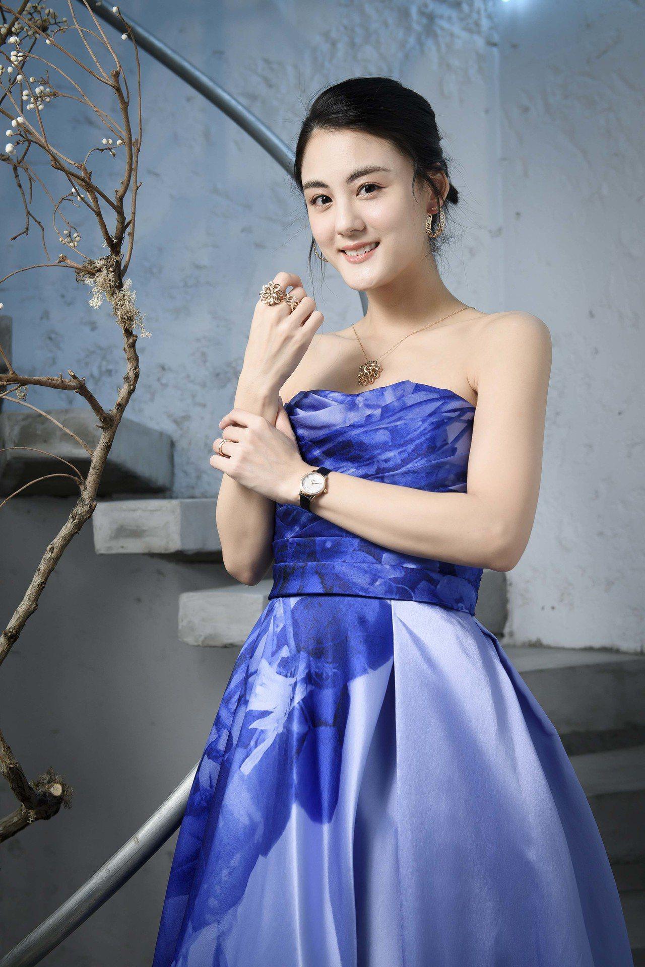 女星宋紀妍以藍紫色澎裙宛如公主的禮服,搭配了萬寶龍寶曦系列18K玫瑰金日期顯示腕...