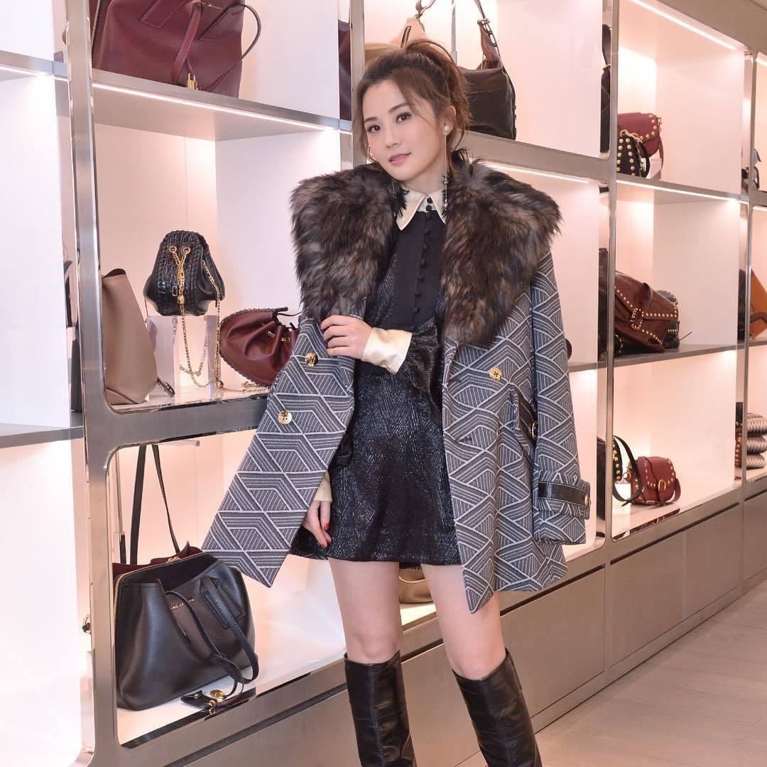 蔡卓妍(阿Sa)穿雙排釦幾何格紋外套外套出席活動。圖/Marc Jacobs提供