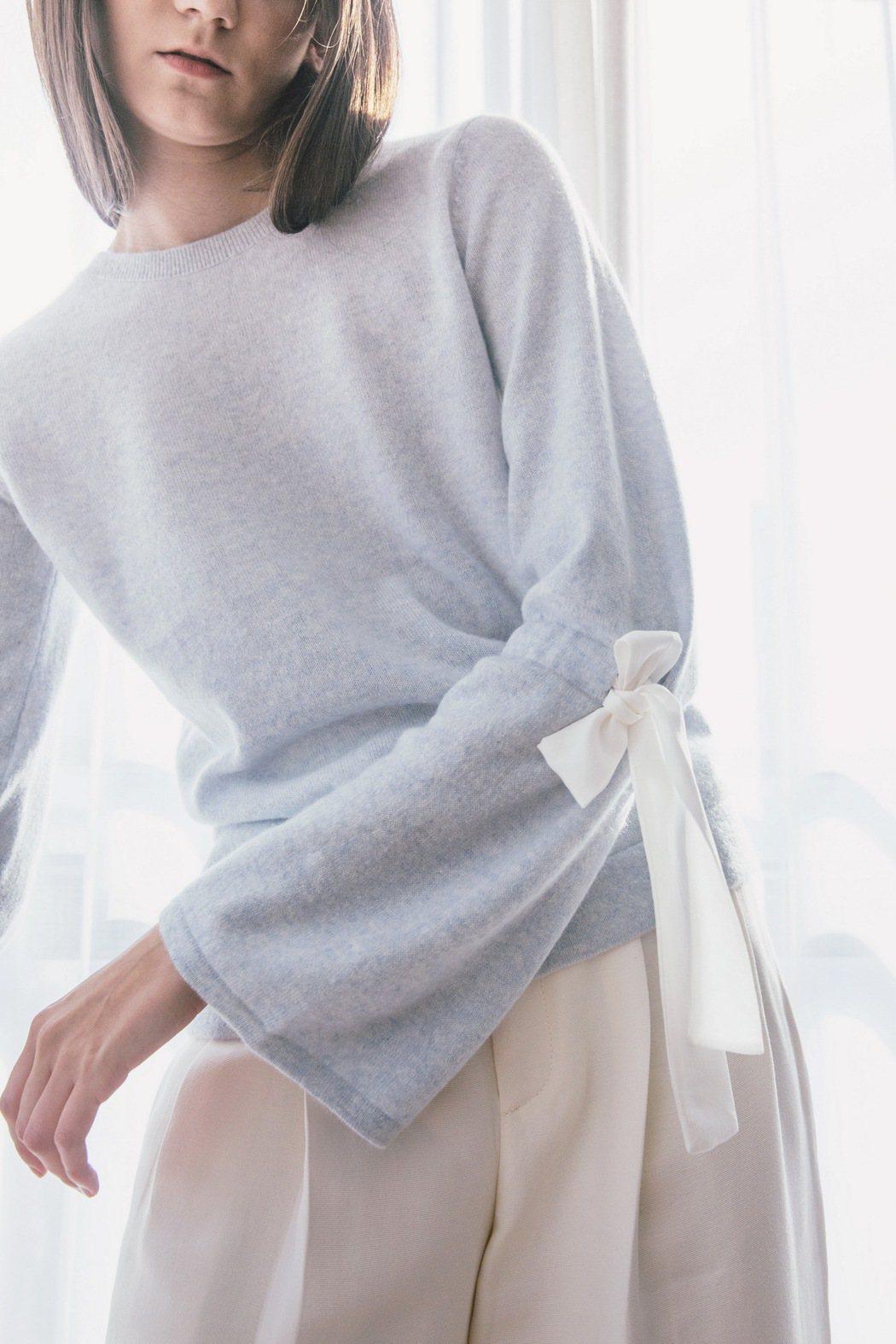 無論是螺紋款或是袖邊以蝴蝶結裝飾的夢幻設計等,都是冬日裡最百搭的基本款保暖造型利...