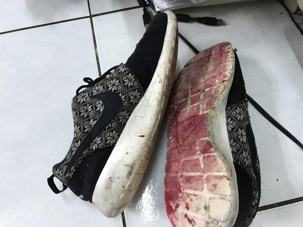潑漆者腳子沾到的紅漆還來不及滅跡,成了鐵證。記者吳淑君/攝影