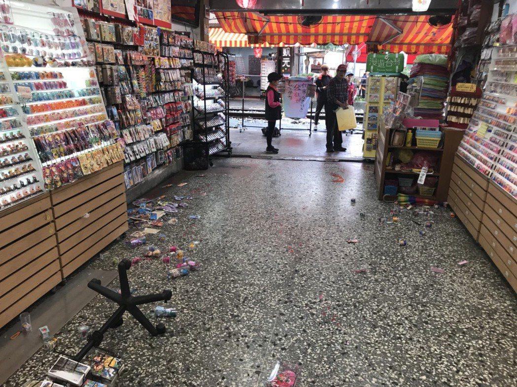 日韓客很愛去放天燈的的十分地區,今早驚傳有天燈店遭人持球棒砸店,還被潑灑紅漆。圖...