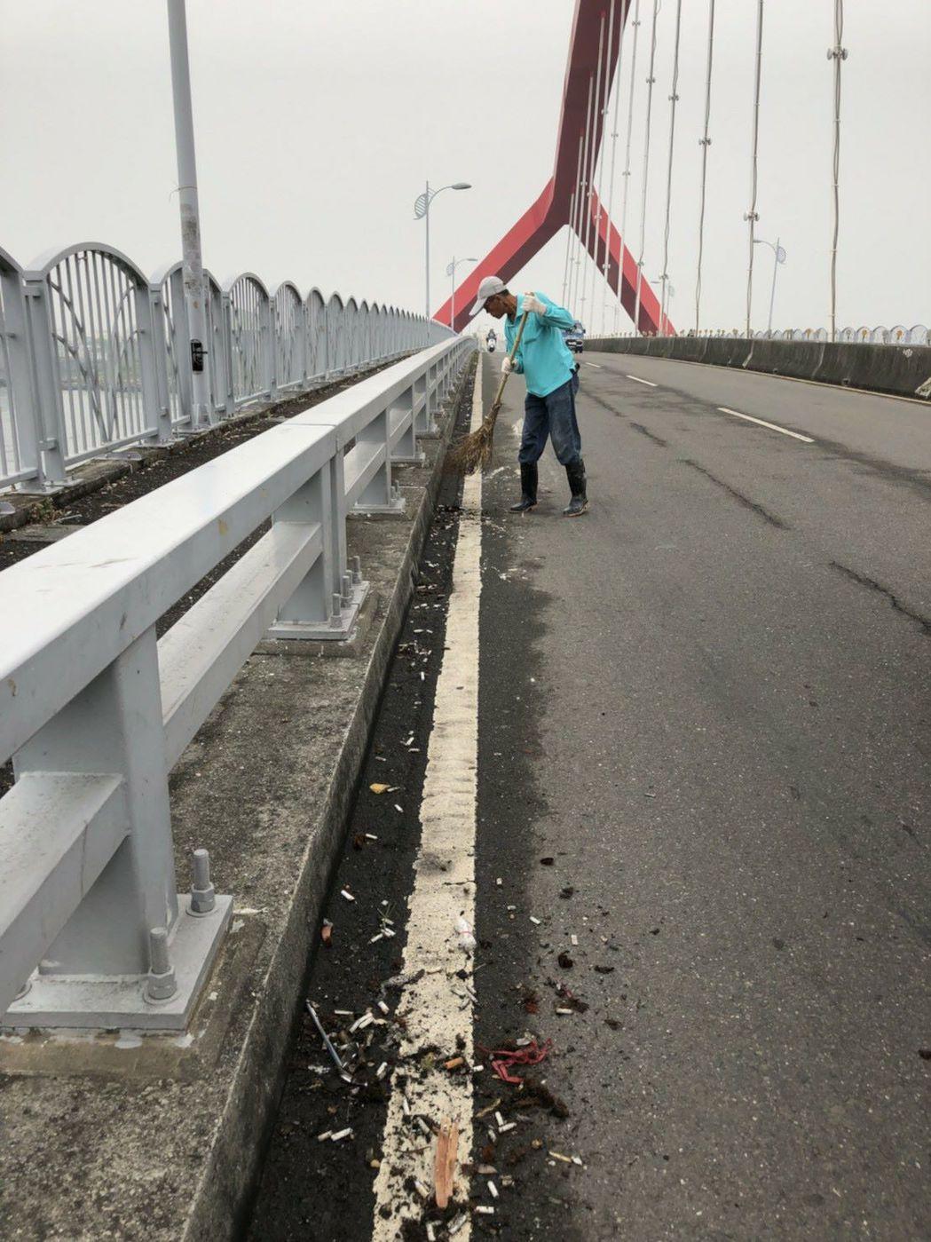 東港鎮東所清潔隊前往打掃發現釣客留下一地菸蒂及檳榔渣。記者蔣繼平/翻攝