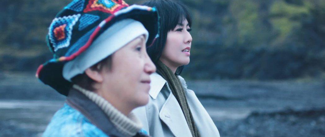 金馬獎最佳女主角及女配角提名陸弈靜(前)演出孫燕姿MV。圖/環球提供