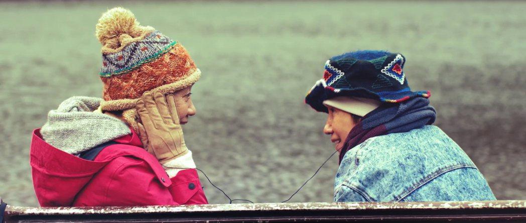 鮑起靜(左)和陸弈靜(右)合體為孫燕姿的MV演出。圖/環球提供