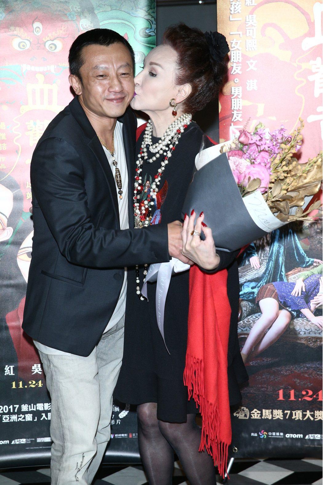 陳莎莉(右)與「血觀音」導演楊雅(吉吉)(左)。記者蘇健忠/攝影