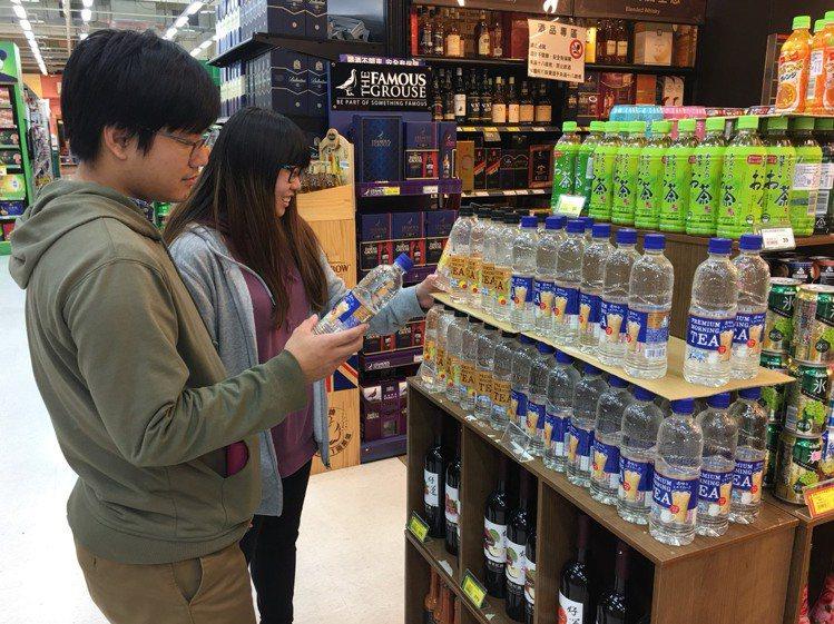透明奶茶才剛上架就有民眾前來購買。圖/愛買提供