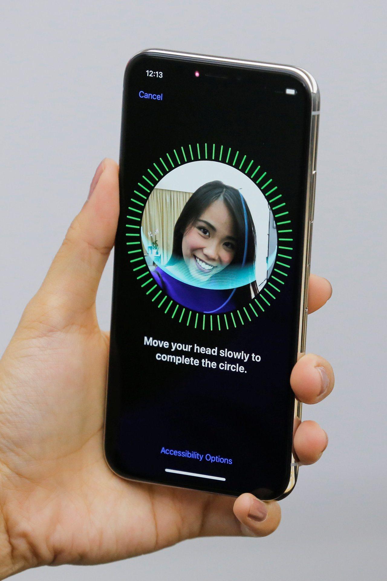 蘋果據傳將替2019年新iPhone加上後置3D感測器。圖為消費者使用iPhon...