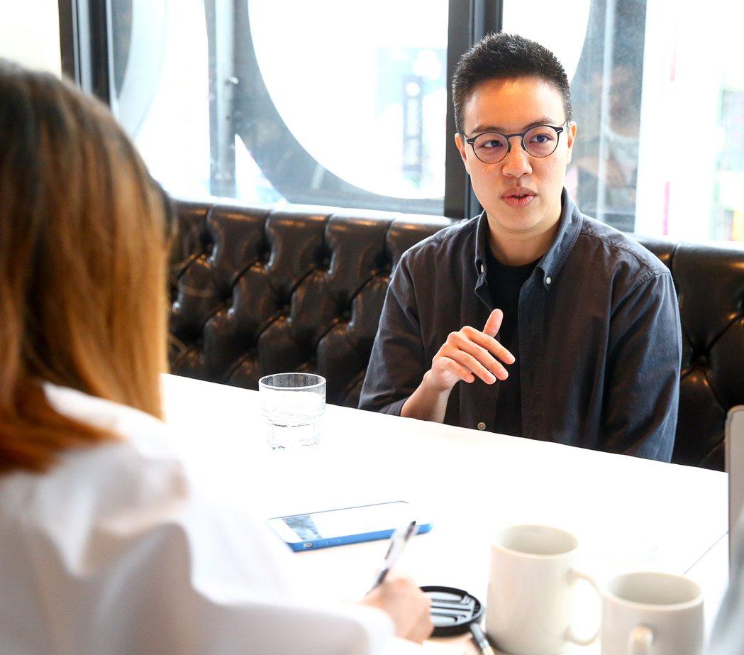 以國片 「強尼‧凱克」入圍 54屆金馬獎的最佳新導演黃熙(中)接受媒體採訪。記者