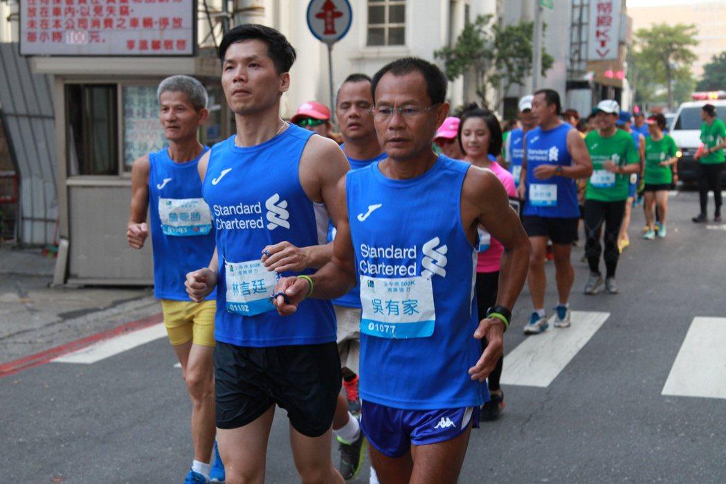 視障跑者組成的「北中南500K視障接力」,6天前從台北出發一路往南,今天下午抵達...