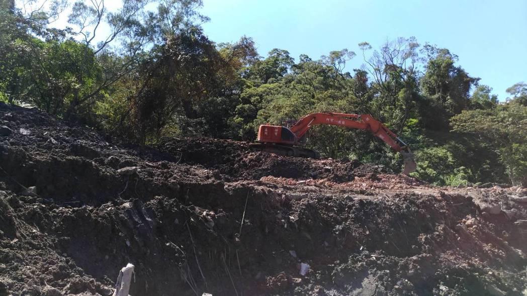 新北土城區柑林段場區遭堆置掩埋大量廢棄物。圖/新北環保局提供