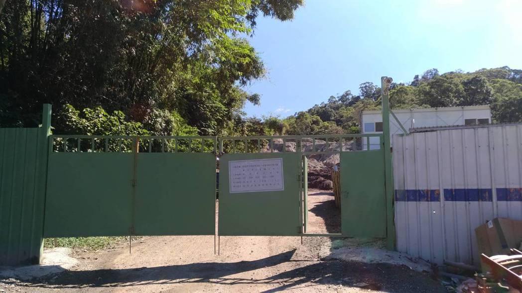 掩埋廢棄物的地點,門口張貼汙水下水道工程告示。圖/新北環保局提供
