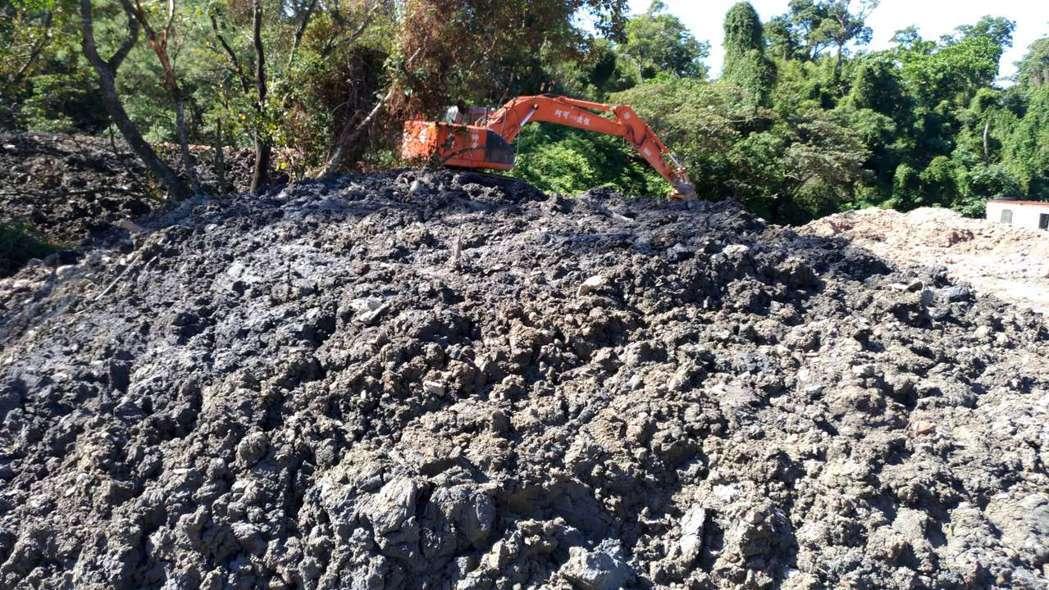 大量汙泥堆置於場區內。圖/新北環保局提供