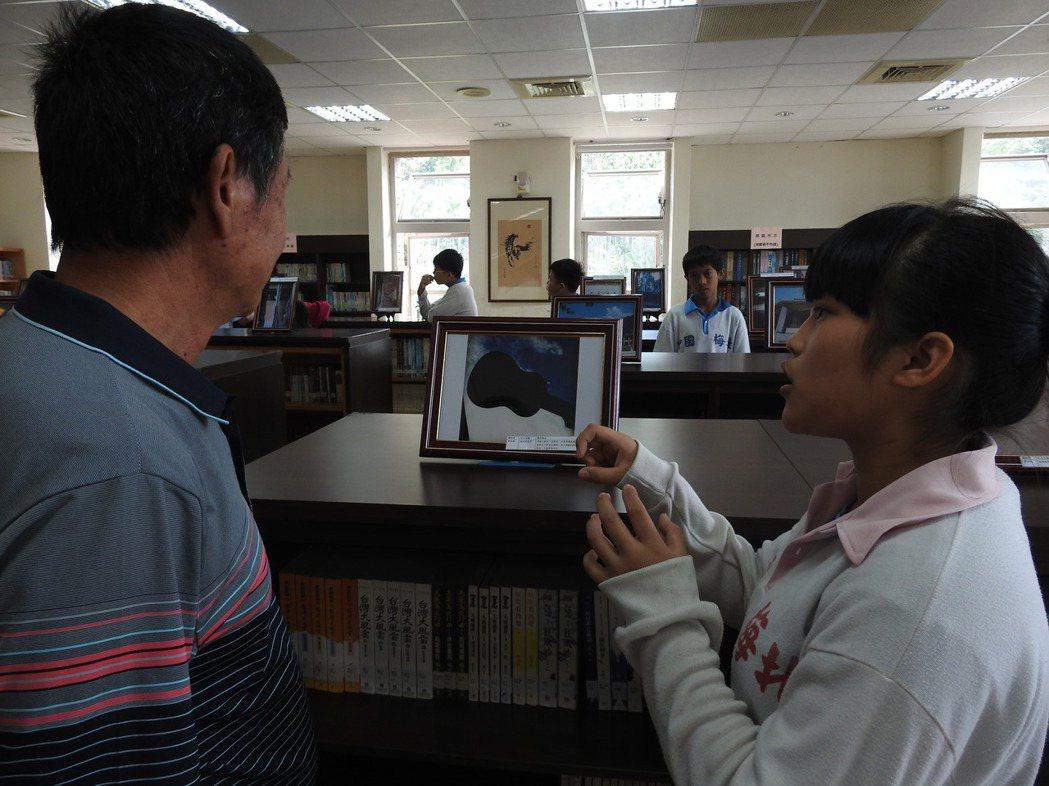 北梅國中全校學生的攝影作品今起在國姓鄉圖書館展出,孩子們也向民眾說明攝影理念。記...