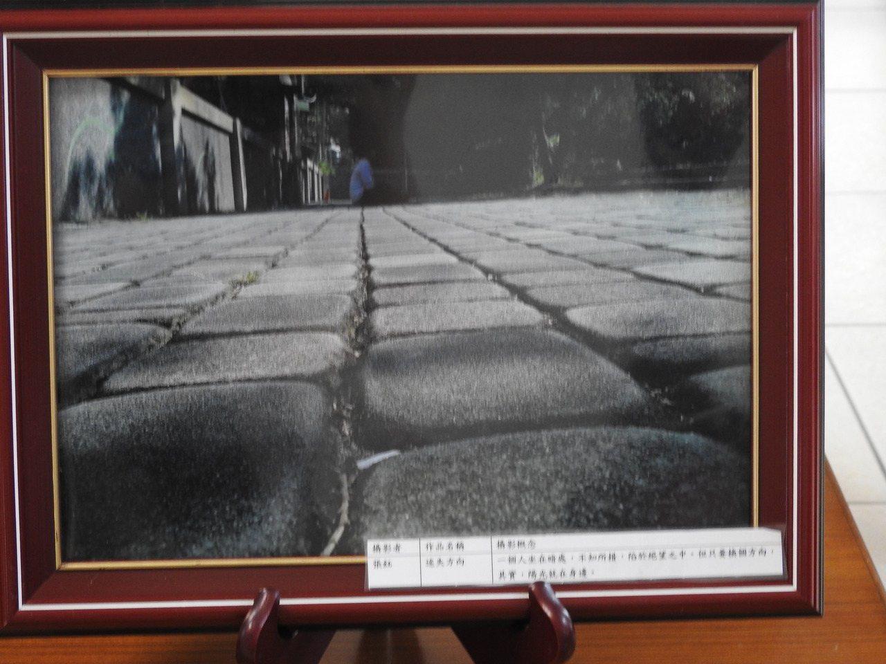 北梅國中內磚道經透過「線條法」拍攝後,線條軌跡有了延伸性,同時帶來寬窄收縮感受。...