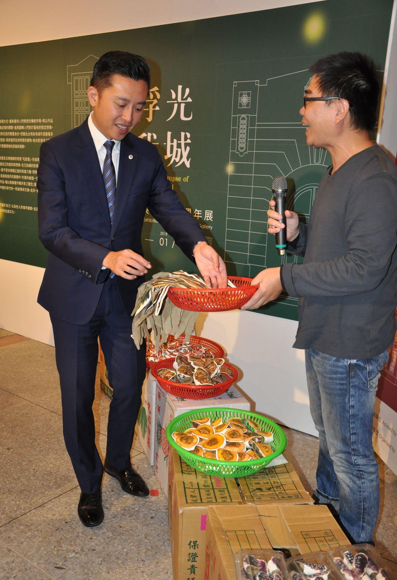 新竹市長林智堅(左)參加「浮光我城─新竹市美術館十周年展」活動。記者林家琛/攝影