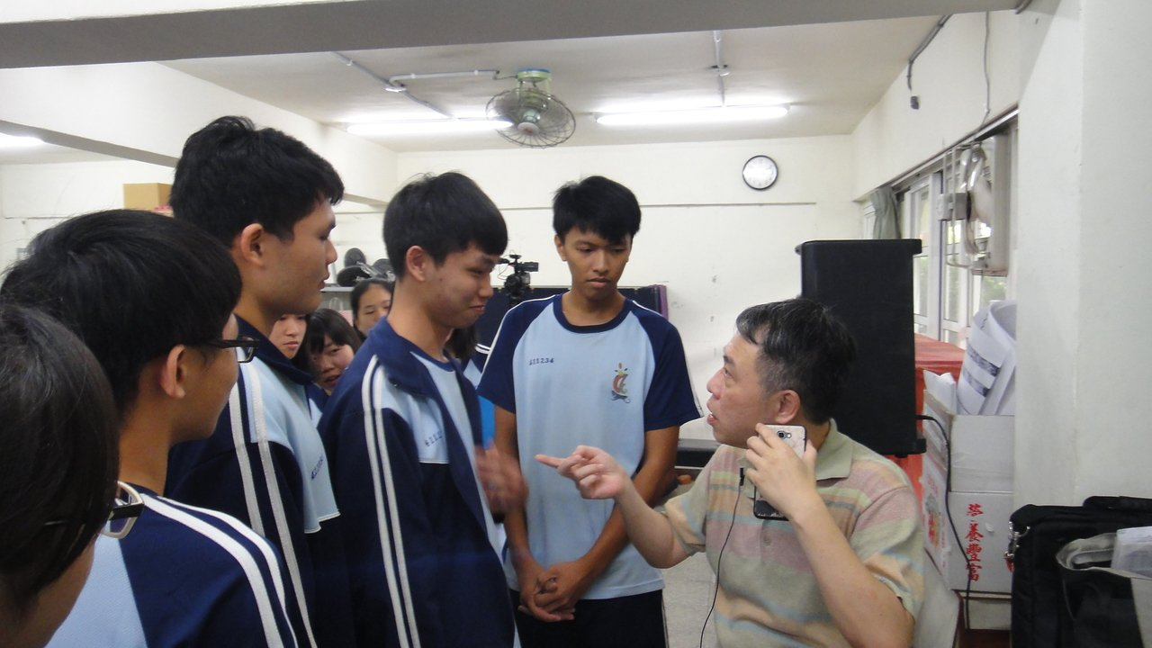 應屆高三學生課後拿出自創的歌曲向劉虞瑞請益。記者蔣繼平/攝影