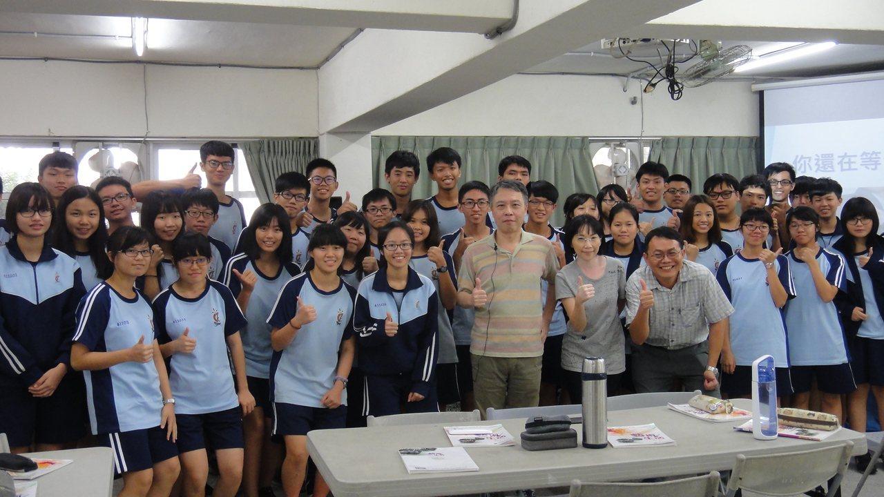 知名作詞家劉虞瑞受邀前往屏東縣東港高中進行音樂創作演講。記者蔣繼平/攝影