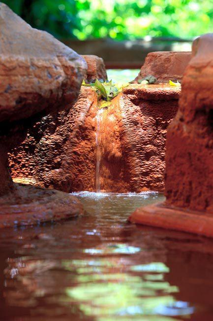 瑞穗溫泉的水面形成一層略帶鐵鏽味的黃濁色結晶物,稱為「湯花」或「溫泉花」,由於水...