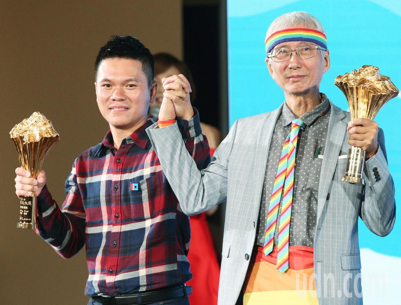 總統文化獎表揚晚會晚上在中山堂舉行,文化獎得主舒米恩·魯碧(左)與祁家威(右)牽...