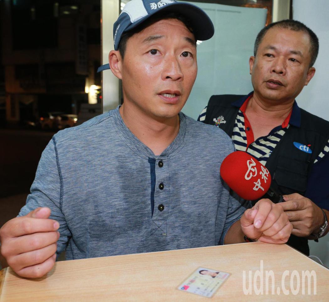 慶富造船副董事長陳偉志今晚一身輕裝從家裡跑步到派出所簽到,媒體詢問他是否去過總統...