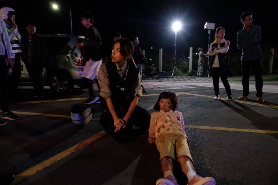 林予晞(左)與「紅衣小女孩」的童星合作拍MV。圖/摘自臉書