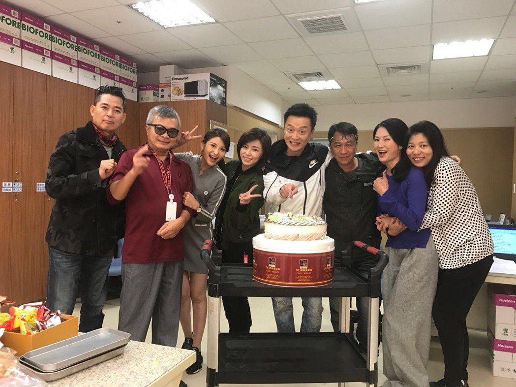 何豪傑過生日,劇組演員開心為他慶生。圖/民視提供