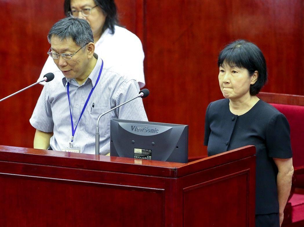 台北市長柯文哲(左)與前台北市法務局前局長楊芳玲在議會備詢。圖/聯合報系資料照