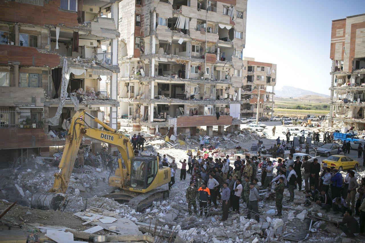 在伊朗薩爾波勒扎哈卜,救援人員14日搜尋倖存者。新華社