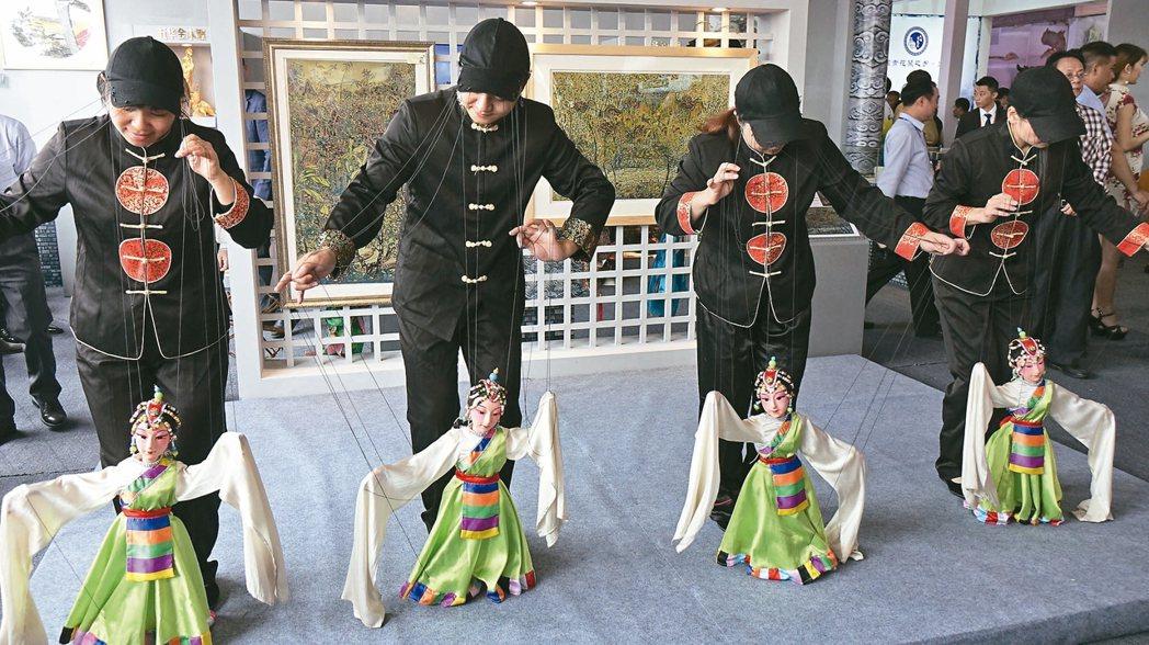 客家文化特有的木偶戲。 苗君平/攝影