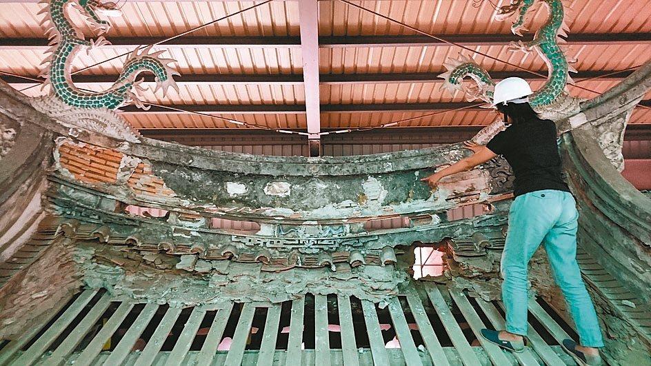大甲文昌祠是市定三級古蹟,工作人員修繕時發現門脊嚴重裂痕,文化局會勘後同意增補預...