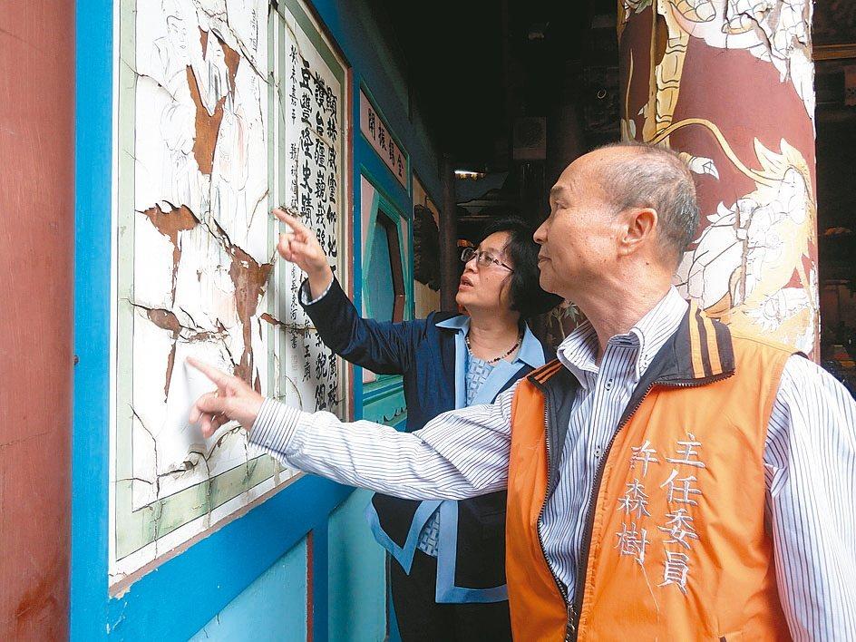 鹿港地藏王廟的彩繪,斑駁嚴重。 記者簡慧珍/攝影