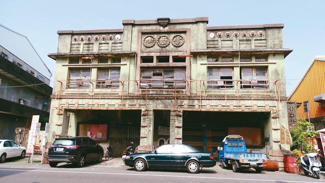 已有近80年的台南麻豆電姬戲院被列為暫定古蹟,地主表達異議。 記者謝進盛/攝影