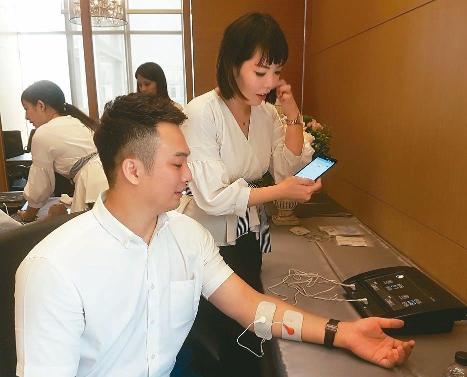睿奇國際公司切入遠距醫療市場,以手機開發出「智慧型居家電療系統」,在資策會輔導下...